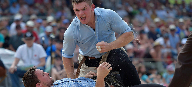 Remo Kaeser, rechts, gewinnt gegen Kilian Wenger, links, im sechsten Gang am Mittellaendischen Schwingfest am Sonntag, 31. Mai 2015 in Richigen. (KEYSTONE/Lukas Lehmann)
